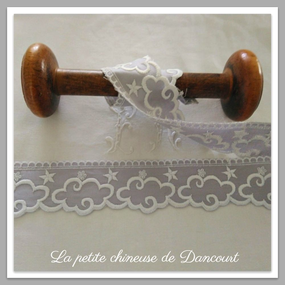 Broderie anglaise ptits nuages gris